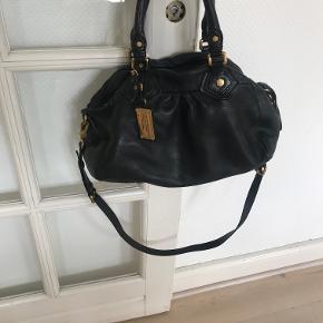 Tasken er rummelig - har indvendig lomme. Sort skind. Købt i London. Velholdt.
