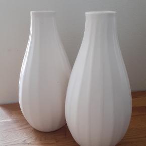 2 små hvide vaser
