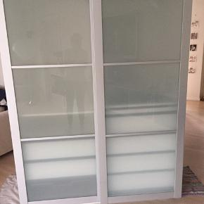 Pax klædeskab fra IKEA sælges. Fin stand  Ca 3 år gammelt  Lys i begge skabe  Den end skuffe er ikke så pæn, men ny kan købes En ekstra hylde medfølger  Kr 3.000 Skabet kan deles i 2 ved flytning B 150 H 201 B 62,5