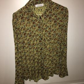 Lækker skjorte i snake gul sort. Bytter ikke. Hænger i forretningerne lige nu. Plus porto og evt gebyr. Nypris 500 kr, brugt én gang.