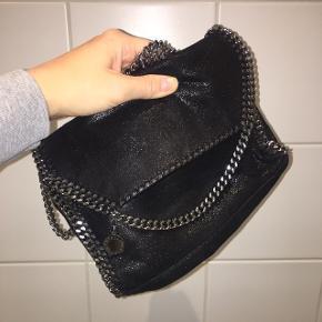 Np: 4449kr Mp: 3000kr Sælger min lækre Stella taske da jeg desværre ikke får den brugt længere. Ingen skader eller tegn på slid.  Dustbag og kvittering haves☺️