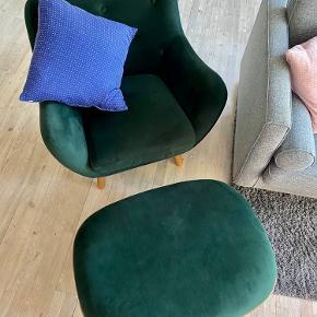 """Mørkegrøn velour lænestol med dertilhørende skammel. Brugt meget sparsomt. Ingen store pletter eller andet, der ikke kan tages med en klud / fnugruller.  Aftagelige """"smoked oak"""" ben på begge dele. Fra Sofakompagniet, kvittering haves.  Skal afhentes på Frederiksberg :-) Sælges samlet for 3000kr."""