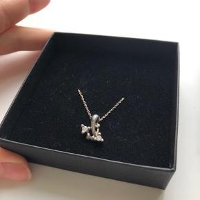 ALT SKAL VÆK Sølvet i vedhænget og kæden er slidt, men kan fint pudses op hos en guldsmed.