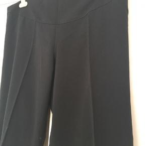 Flotte løse ventebukser fra Formes Paris i str. 40. Med pressefold og kan bruges som festbukser/pæne bukser. Justerbar elastik i livet. Nypris ca 799kr