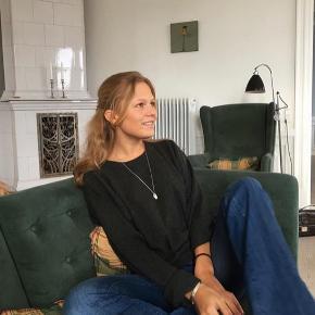 Super flare jeans fra DENHAM. Str. hedder 26/32 men svarer til en 34 vil jeg tro. De er af super lækker kvalitet og der er intet tegn på slid 🌸