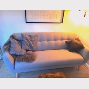 Super flot og behagelig sofa! Den er rigtig fin at sidde i, og har et stilrent udtryk. Da min kæreste er flyttet ind, og har sin egen sofa med, bliver jeg desværre nødt til at sælge denne fine sag.   Farven er grå/lysegrå.  Nypris var:5999kr  Skriv endelig for yderligere information, eller for flere spørgsmål.🛋☀️  Kan afhentes i Odense C, ved Brandts Passage  Og linket til den ny på nettet er her :  https://www.myhomemøbler.dk/stue/sofaer/cassidy-pers-sofa/c-24/c-99/p-13642/