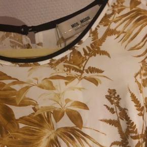 Mos Mosh Ella Cannes skjorte / bluse. Materiale 100% cupro Nypris 899,- Kun brugt 1 gang   Se også mine andre annoncer Mos Mosh jeans, Lollys Laundry m.m.