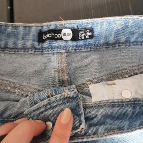 Mom jeans med ripped detaljer. Lyseblå forvasket look