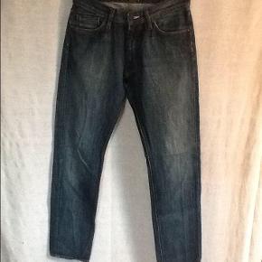 Varetype: Jeans : model Pinn Storm ? Størrelse: 31 / 32 Farve: Blå Oprindelig købspris: 1600 kr. Lærke jeans fra Acne : model Pin Storm ? Mener det var det de hed, men det står ikke i dem. Højtaljet jeans model i 100 % bomuld. Livvidde : 2 x 40 cm. Aldrig brugt. Oprindelig købspris 1600,- Sender gerne på købers regning : DAO 44,-