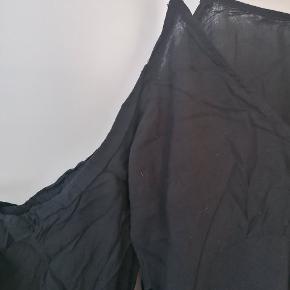 Off the shoulder sort bluse, i let tyndt stof. Mulighed for at binde sløjfe i ærmerne, og justere længde på stropperne. Samme top i lyseblå, en størrelse større, kan også tilbydes med eventuelt tilbud for begge i samme køb.