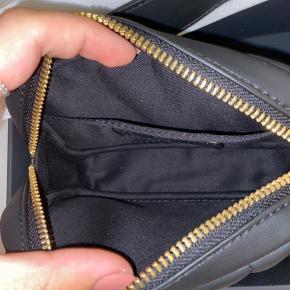 Jeg sælger denne find Paul Valentine bæltetaske, da den er alt for lille til mig. Aldrig brugt, jeg kan bare ikke returnere den fra Tyskland ifølge deres hjemmeside.