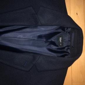 Lækker frakke passer godt til jakkesæt eller lign. Aldrig brugt grundet fejlkøb