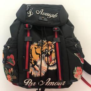 Rigtig lækker Gucci backpack, aldrig brugt og kan have pc og alt det vigtige i. Perfekt til skole eller rejse, eller bare til hverdags brug.
