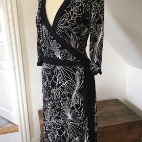Smuk slå om kjole med fin detalje øverst bagpå.  100 % Rayon - falder tungt og flot.