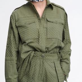 Fejlkøb :-( fin Lala berlin skjorte. God som overshirt til forår/sommer. Nypris 2550kr Aldrig brugt