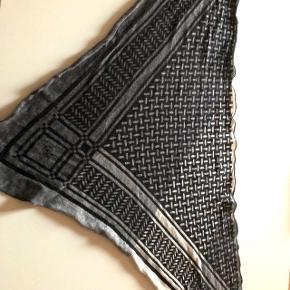 Lala Berlin triangle tørklæde sælges. Købt i Huset Pico februar 2017😊Prisen kan forhandles.