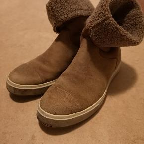 Fine ruskinds læder støvler med uld for. Str 42. Kan bruges af mænd og til den brede damefod. God skridsikker gummisål. Sneakers aktiv støvle.