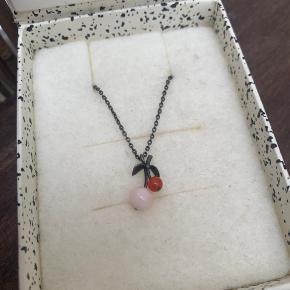 LINE & JO   Kun brugt et par gange og fremstår derfor som ny 🍒  Miss Ncherry Grey Pink And Red Coral halskæde fra Line & Jo Fin halskæde fra Line & Jo i sterlingsølv med grå ruthenium, rød koral og pink koral. Halskæden er en del af Tutti Frutti kollektionen.  Ny pris: 1.250,-