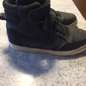Jeg sælger dem her dejlige støvler i str. 36 til 150kr.  Mærke er Hummel. Farven er sort.  Fejler intet og kommer fra røgfrit hjem.  Kan hentes i Holstebro eller sendes, portoen kommer oven i.  Skriv for interesse :)