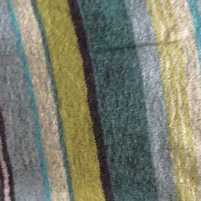 En Hanne Larsen model,  håndstrikket. Jeg har været lidt for flittig med at strikke, og derfor sælger jeg denne lette trøje i fine doucede farver. Billedet hvor trøjen er i udsnit og den sammelagte trøje har de rigtige farver.