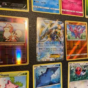 """Fast pris. HELt NYE kort!!! Sender ved køb over 50kr.  Pokemon kort! 19 alm. Pokemon samlekort + 1 EX specielkort sælges Samlet a kun 25kr. Inkl glimmerkort/shiny-kort.  Har flere samlekort """"bunker"""" til salg pp mine andre annoncer.  Kan hentes i Ledøje. 2765 Smørum."""