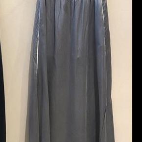 Lang nederdel i 100 % silke. Helt ny med prismærke. Slids i siden. Superlækker kvalitet i silken og falder flot. Handler helst mobilepay - sender med dao.