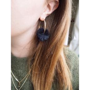 Fede øreringe med pompon som kan tages af. Ikke ægte pels.  ❕annonce slettes når varen er solgt!  🤍 Jeg giver gratis fragt ved køb af to eller flere varer, så længe den samlede pris er på 100kr eller derover!