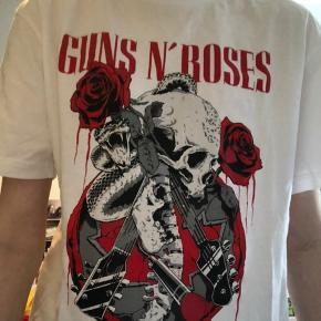 Super fed Gun's & Roses t-shirt fra H&M's herreafdeling.  Skriv for flere billeder og byd endelig✨