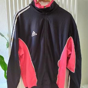 Retro adidas tracktop. De hvide broderinger har et lyserødt skær og derfor sælges jakken billigt.   Søgeord: tracksuit, track, jakke, sportsjakke.