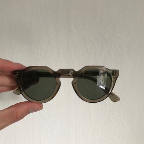 """Solbriller fra """"Folk and Frame"""" i modellen Bretton-Meyer i farven Smoke. De er købt i Lot 29 til 1000,- DKK. Modellen er unisex   Sælges til 650 kr. og er brugt meget få gange"""