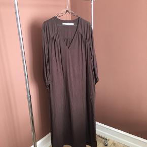 """Smuk, brun, oversize kjole fra & Other Stories. Brugt få gange. Du er velkommen til at give et bud, men svarer ikke på spørgsmål om """"mp""""."""