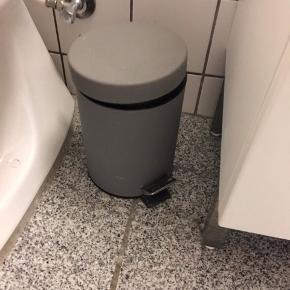 Toiletspand, grå, knap nok brugt