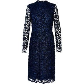 Super smuk midi kjole, med lange ærmer, fra Soaked in Luxury. Kjolen er i blå velour blonder, med en fin linning under. 😍  Se også mine andre annoncer, hvis du vil gøre et mængdekup. 🥰 Husk at følge min profil 👍❤️  Midikjole langærmet blondekjole