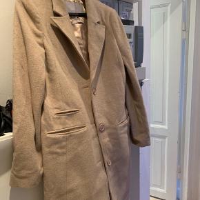 Super smuk jakke str.36. Købt sidste år. Brugt 3 gange. Det er 70% uld, og er den perfekte overgangsjakke.