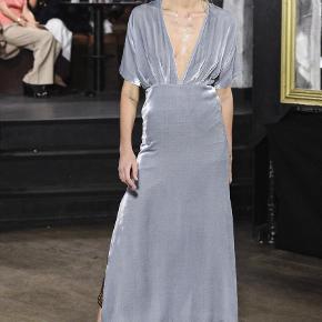 Smuk kjole, som desværre ikke bliver brugt.. Mindstepris 1500.   Stor i størrelsen! Kan også passes af en normal small.