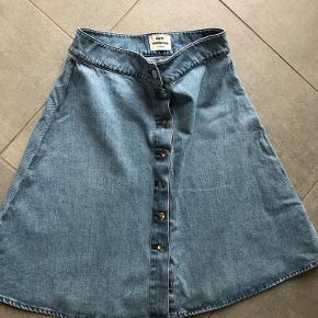 Jeans A nederdel, kraftig kvalitet. 61 lang og 41 bred i talje (82 rundt ish)