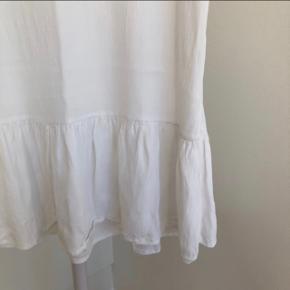 Kjole med flæse fra PIECES   Str.: M  Aldrig brugt
