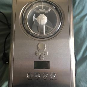 Wilfa ICM-C15 ismaskine i børstet stål. 150 watts motor. Den har indbygget kompressor, dvs. spanden skal ikke lægges i fryseren i 1 døgn og maskinen fryser undervejs i processen, når den rører. Alle ingredienser hældes i og maskinen startes. Den fryser ved -18 grader og - 35 grader. Giver 1,5 liter is.   Ingredienser kan løbende hældes i maskinen via dispenser i låget. LCD skærm og digital timer. Alle løse dele kan maskinopvaskes. Indersiden af maskinen tørres af med en varm klud, ligesom ydersiden. L: 40,2 cm, B: 28,1 cm, H: 24,5 cm. Brugt 1 gang. Sælges pga. flytning - sælges for min mor.  Mvh Betina Thy Dich