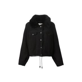 Den lækreste shearling jakke fra Acne - Virkelig fin og dejlig varm jakke.   Modellen hedder Meta og farven er sort.   Str. 36 og stort set ikke brugt.   Nypris 15.000. Kvittering medfølger.   Kun seriøse bud tak!  (Sidste billede er af selve jakken)