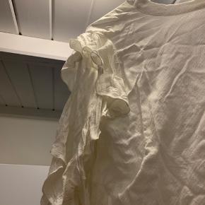 Super super fin bluse med søde detaljer, trænger bare til en vask og strygning 🌸
