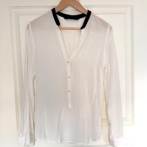 Skjortebluse fra Zara med guldknapper, næsten som ny