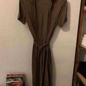 Lang kjole i armygrøn farve. Slids i begge sidder. Kan bruges åben som Kimono eller bundet sammen som kjole.