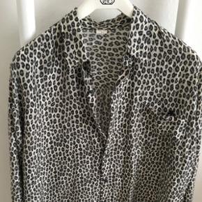 Silkeskjorte - 100% ren silke. Superlækker, blød og dejlig at have på.  Str L - men passer også en medium.  BYD ☺️  Se også mine andre annoncer. ☺️