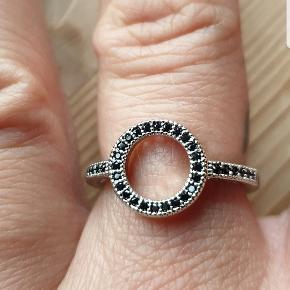 Smuk sølv infinity ring med sorte sten.  2 styk i medium Se min profil for mange flere nye smykker. Fragt 25 kr GLS  Betaling MobilePay Se flere spændene ting under profilen.