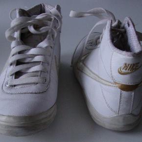 Nike sports/fritids/kondi sko str. 36,5  Meget lidt brugt, og primær indedørs. Ser lidt slidt ud, men det er grundet de har været en tur i vaskemaskine (uden beskyttelses-pose)