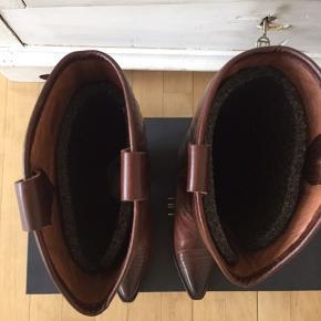 De flotteste skind støvler , brugt 1 gang , fejler intet . Æske medfølger .  Sender med Dao eller afhentes her hos mig . Nypris 1999kr