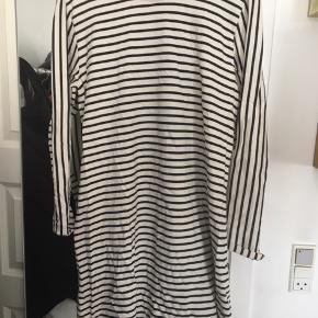 Sælger denne Mads Nørgaard kjole. Der står str x-large i kjolen, men jeg er normalt en M /L og den passer mig. Den er stort set aldrig brugt og er i 100% Organic Cotton   Kom med et bud :)