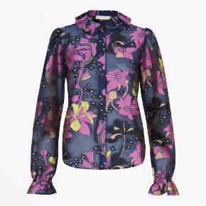 Skjorte fra Stine Goya i str. XS. Kun brugt 2-3 gange og i super god stand. Den har kun været luftet og aldrig vasket.  Sender med DAO :-)