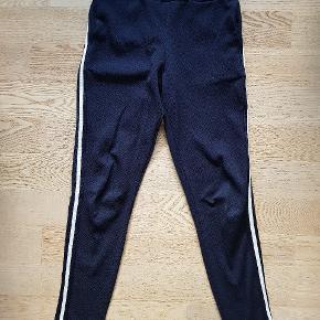 Sælger disse bukser med lommer og hvid stribe langs benene, da jeg ikke længere kan passe dem🌸 Byd gerne