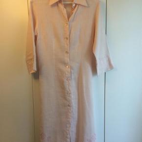 Varetype: Kjoleskjorte Farve: Sart lyserød  Sart lyserød skjortekjole med slids i hver side og 3/4 lange ærmer.   Lavet af 100% hør.  Betaling også gerne via mobilPay!